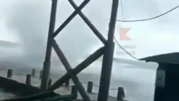 В Новороссийске сняли, как смерч разрушил пляж