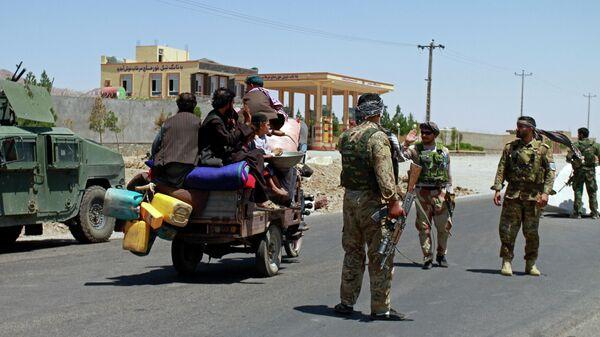 Патруль афганских служб безопасности в городе Герат, контроль над которым был возвращен после боев с боевиками Талибов
