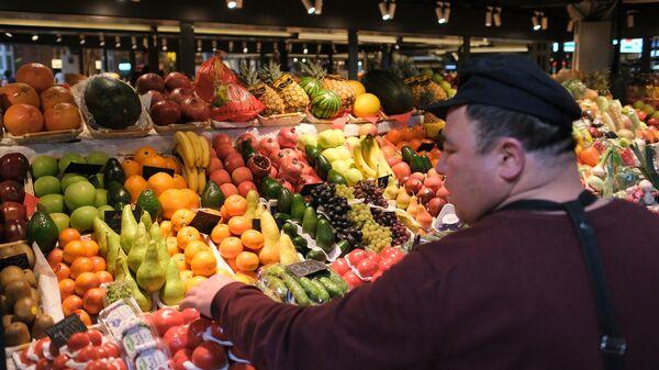 Прилавок с фруктами и овощами
