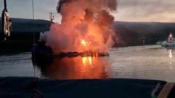 Российский траулер Таманго горит в норвежском порту. Кадры ЧП