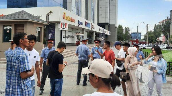 Эвакуация людей из здания ЦУМа в Бишкеке