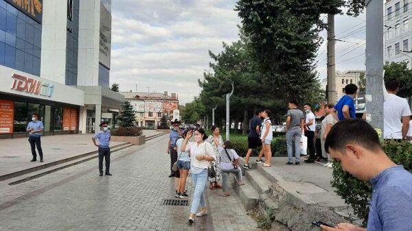 Оцепление у ЦУМа в Бишкеке