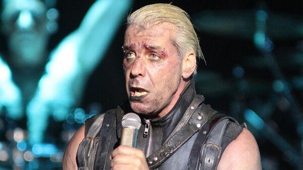 Солист немецкой группы Rammstein Тиль Линдеманн во время концерта