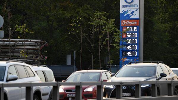 Автомобили возле автозаправочной станции Газпромнефть в Москве