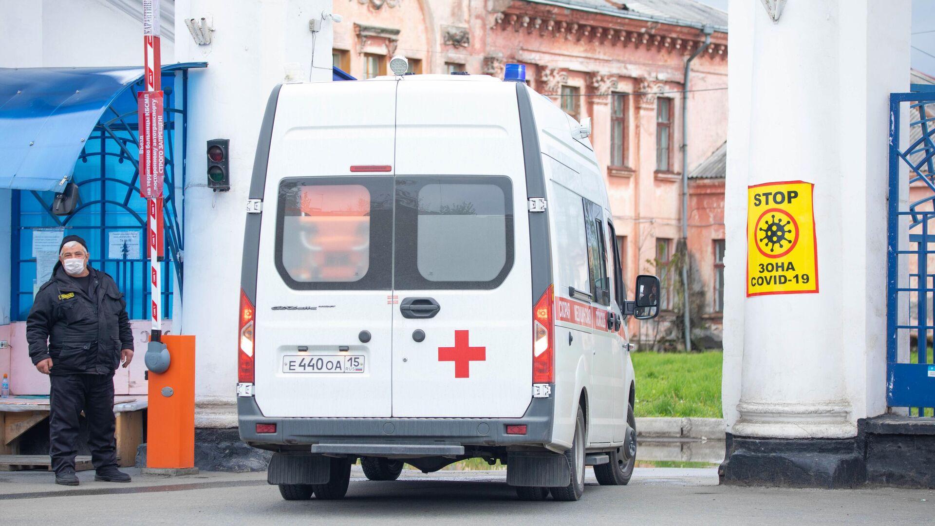 Автомобиль скорой помощи заезжает на территорию клинической больницы скорой помощи во Владикавказе - РИА Новости, 1920, 08.09.2021