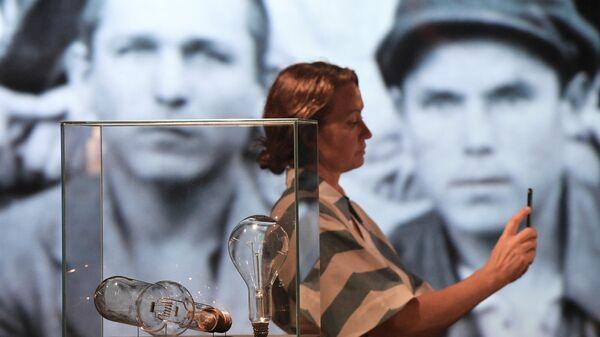 Посетительница на выставке Электрификация. 100 лет плану ГОЭЛРО в Музее Москвы на Зубовском бульваре