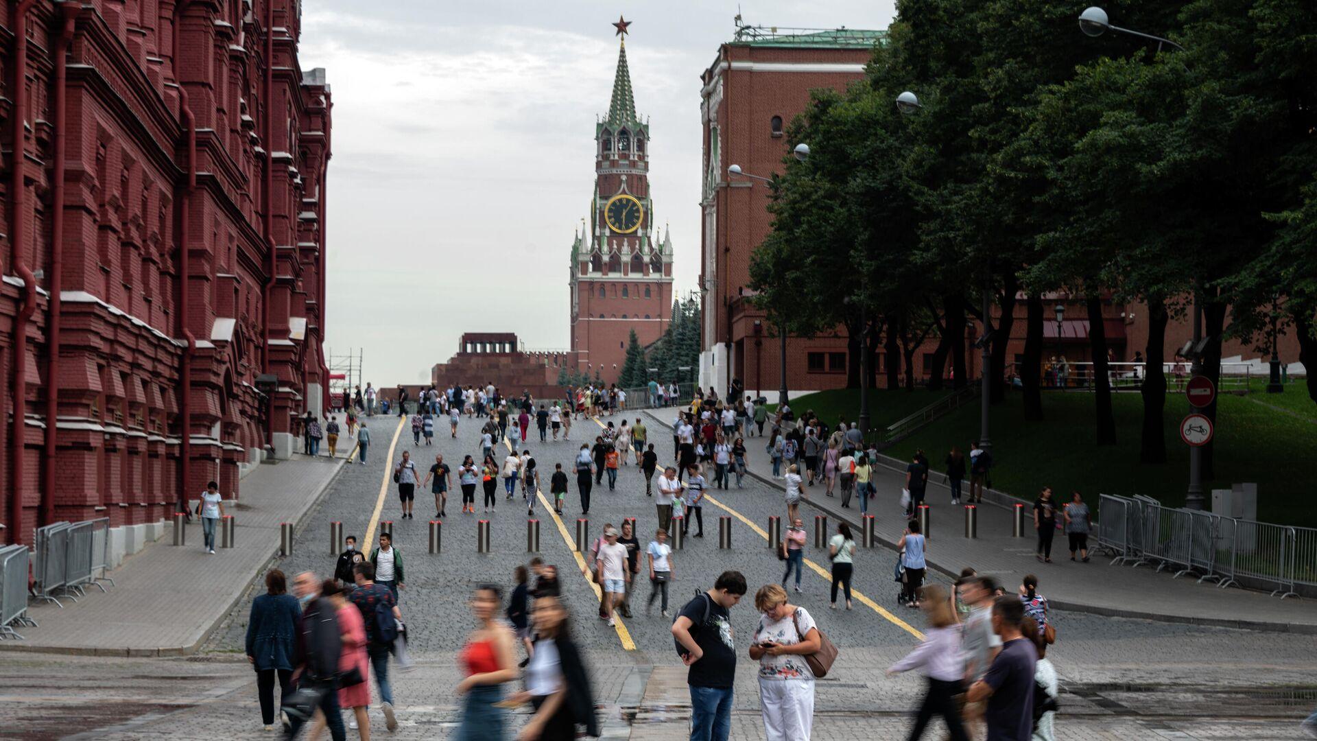 Прохожие на Кремлевском проезде у Красной площади в Москве - РИА Новости, 1920, 30.08.2021