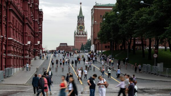 Прохожие на Кремлевском проезде у Красной площади в Москве