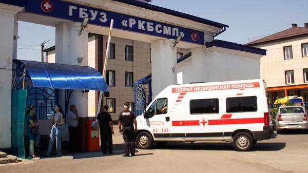 Автомобиль скорой медицинской помощи у ворот Республиканской клинической больницы скорой медицинской помощи во Владикавказе