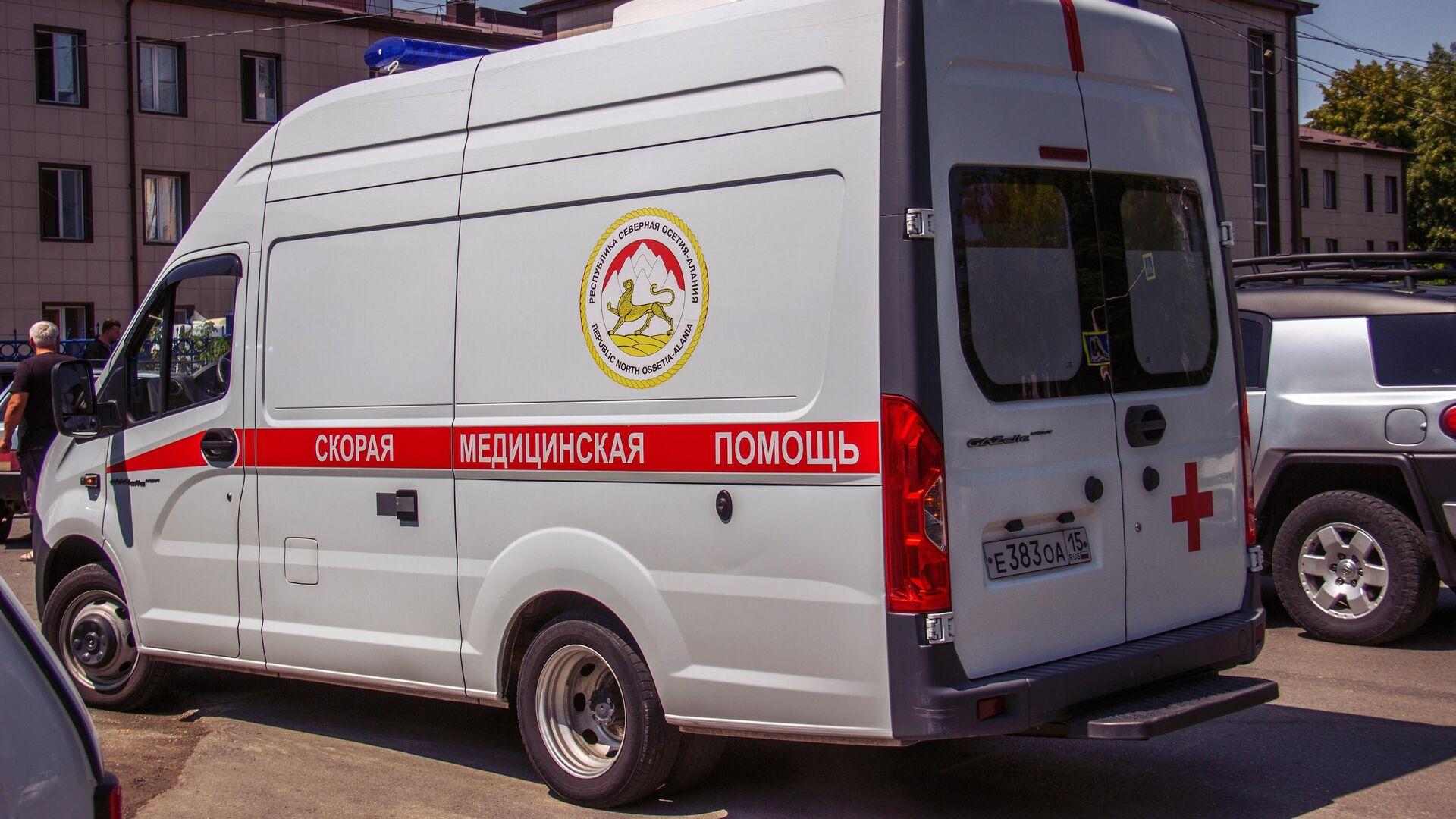 Автомобиль скорой медицинской помощи возле Республиканской клинической больницы скорой медицинской помощи во Владикавказе - РИА Новости, 1920, 25.08.2021