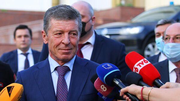Заместитель руководителя администрации президента РФ Дмитрий Козак общается с журналистами в Кишиневе во время своего визита в Молдавию