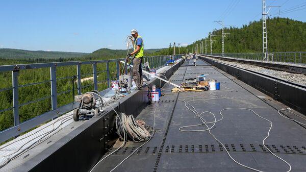Рабочий на участке реконструкции железнодорожного моста через реку Кованта в рамках строительства второй очереди Байкало-Амурской