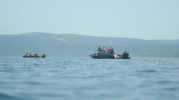 Поисково-спасательные работы в районе крушения вертолета Ми-8 недалеко от острова Сердце Алаида в Курильском озере