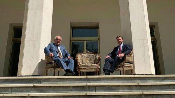 Послы России и Великобритании в Иране Леван Джагарян и Саймон Шерклифф во время встречи в Тегеране