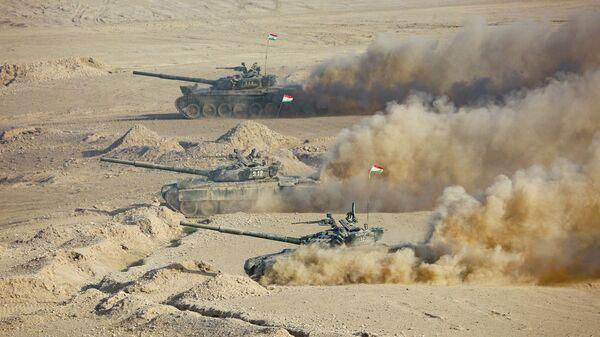 Танки армии Таджикистана во время совместных военных учений с Россией и Узбекистаном на полигоне Харб-Майдон