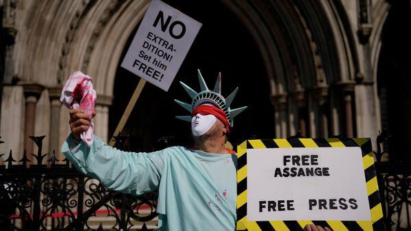 Сторонник основателя WikiLeaks Джулиана Ассанжа  во время заседания суда в Лондоне