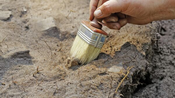 Работа археолога на месте раскопок