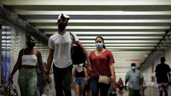 Пассажиры в метро в Нью-Йорке