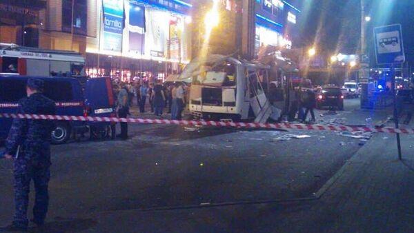 Место взрыва пассажирского автобуса на остановке у перекрестка улиц Плехановская и Кольцовская в Воронеже