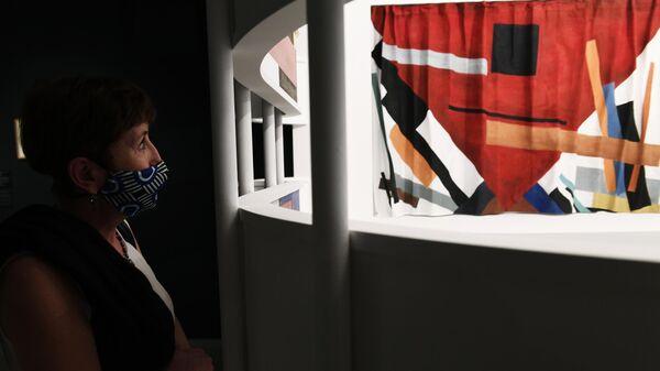 Посетительница на пресс-показе выставки Иван Кудряшов. К 125-летию со дня рождения в Новой Третьяковке на Крымском Валу в Москве