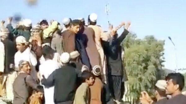 Люди на площади Шахидан в Кандагаре. Кадр видео
