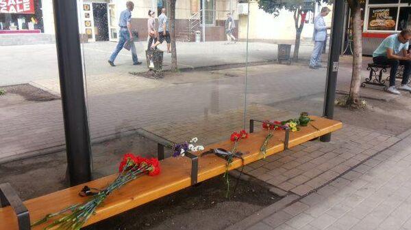 Цветы на остановке у места взрыва автобуса
