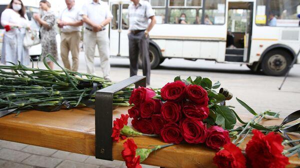 Цветы у места взрыва автобуса в Воронеже