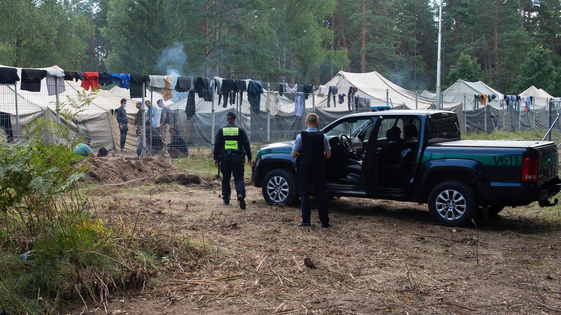 Полицейские возле лагеря мигрантов на литовско-белорусской границе - РИА Новости, 1920, 26.09.2021