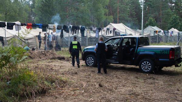 Полицейские возле лагеря мигрантов на литовско-белорусской границе