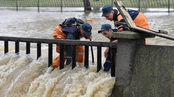 Сотрудники МЧС во время ликвидации последствий подтоплений после сильного ливня в Керчи.
