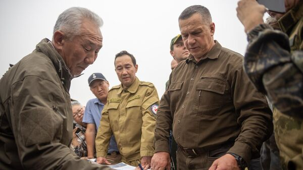 Глава Республики Саха (Якутия) Айсен Николаев во время посещения села Бясь-Кюель в Якутии, пострадавшего от пожаров.