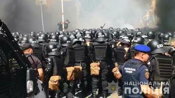 Столкновения между полицией и националистами начались у офиса Зеленского в Киеве