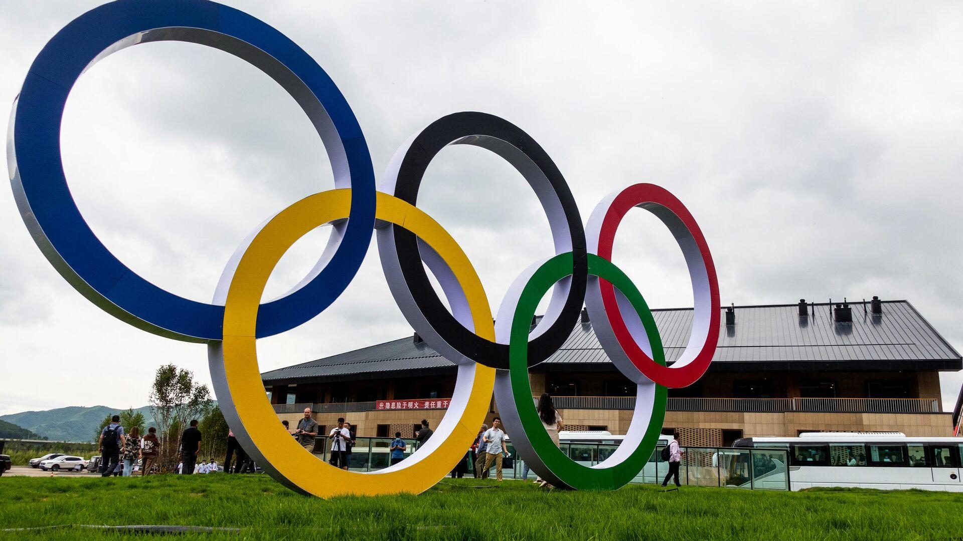 Олимпийские кольца в олимпийской деревне в Чжанцзякоу для атлетов, которые будут участвовать в соревнованиях по лыжным гонкам, биатлону, сноуборду, прыжкам с трамплина. - РИА Новости, 1920, 23.09.2021
