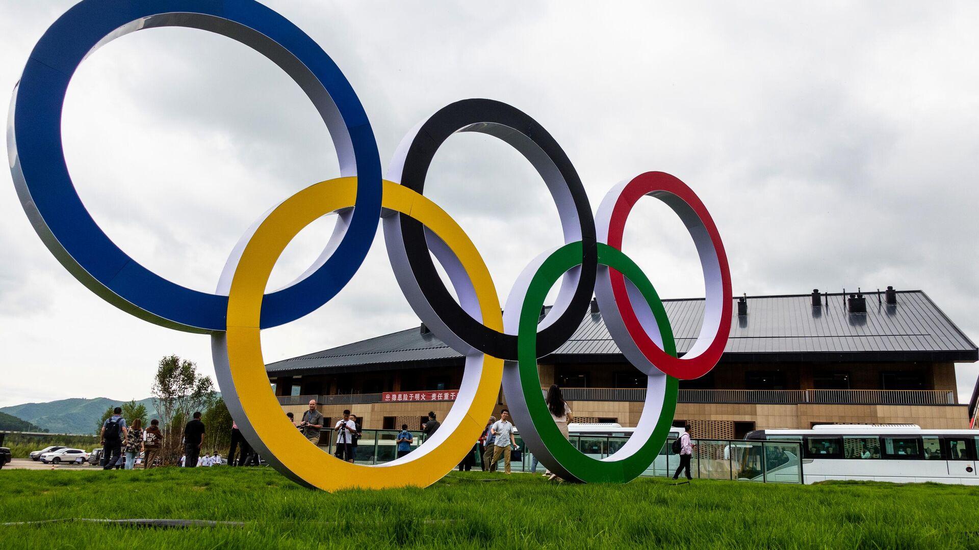 Олимпийские кольца в олимпийской деревне в Чжанцзякоу для атлетов, которые будут участвовать в соревнованиях по лыжным гонкам, биатлону, сноуборду, прыжкам с трамплина. - РИА Новости, 1920, 17.09.2021