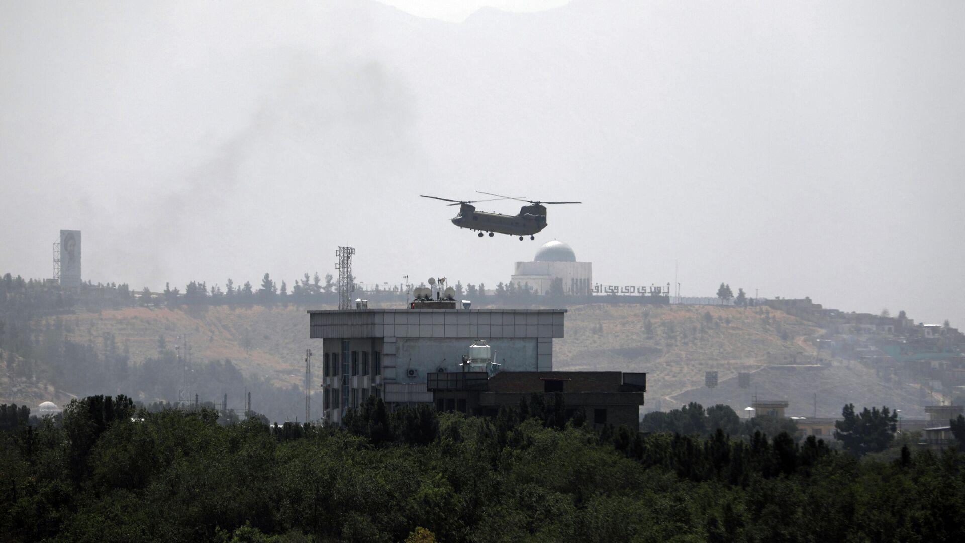 Вертолет США Chinook пролетает над посольством США в Кабуле - РИА Новости, 1920, 17.08.2021
