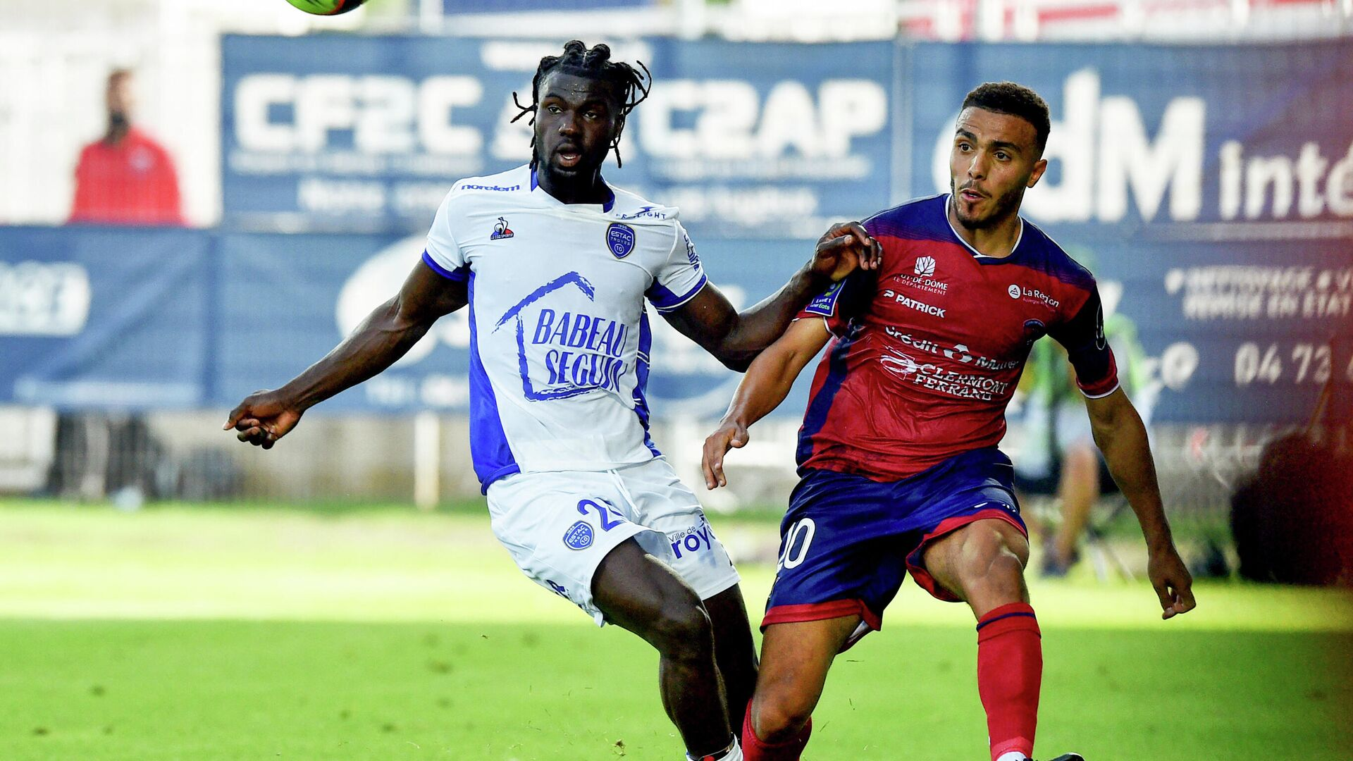 Troyes' Guinean forward Mama Balde (L) fights for the ball with Clermont's French defender Akim Zedadka (R) during  the French L1 football match between Clermont (CF63) and Troyes (ESTAC) , at the Gabriel-Montpied stadium in Clermont-Ferrand on August 15, 2021. (Photo by JEAN-PHILIPPE KSIAZEK / AFP) - РИА Новости, 1920, 15.08.2021