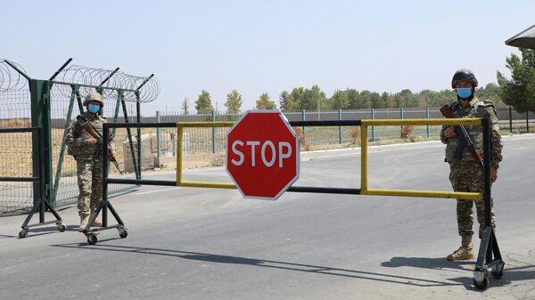 Пограничники на блокпосту на узбекско-афганской границе в Айритоме, Узбекистан