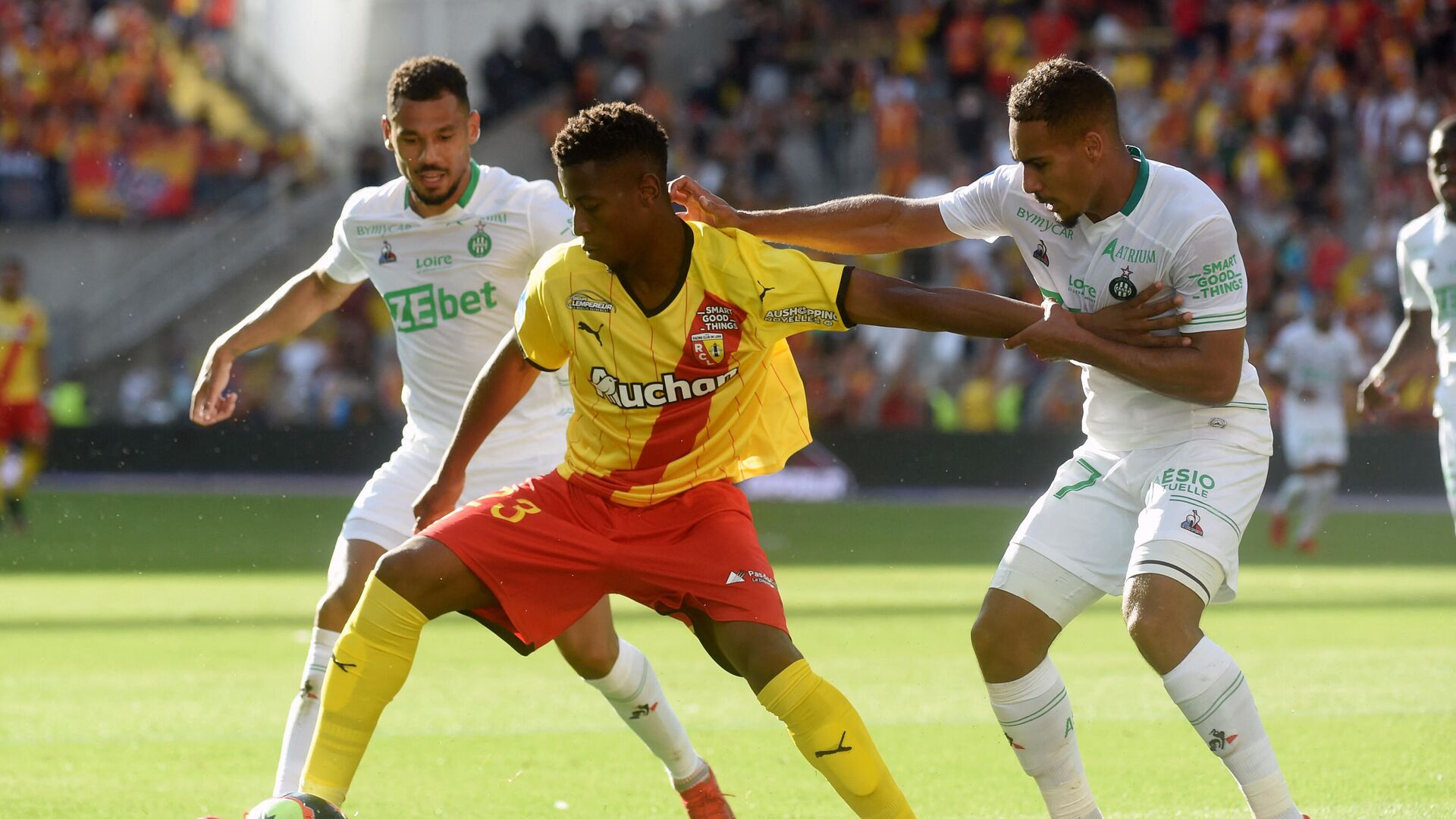 Lens's Bokote Banza and Saint Etienne's Yvann Macon fight for the ball during the French L1 football match between Lens and Saint-Etienne at the Bollaert Stadium in Lens, on August 15, 2021. (Photo by FRANCOIS LO PRESTI / AFP) - РИА Новости, 1920, 15.08.2021