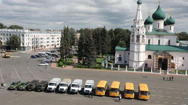 Ярославский губернатор вручил ключи от новой техники школам и больницам