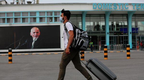 Портрет Мухаммада Ашрафа Гани в аэропорту Кабула