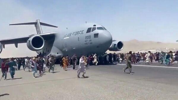 Военный самолет ВВС США в аэропорту Кабула, Кадр видео
