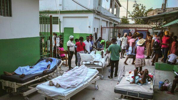 Пострадавшие во время землетрясения проходят лечение в больнице в Ле-Ке, Гаити