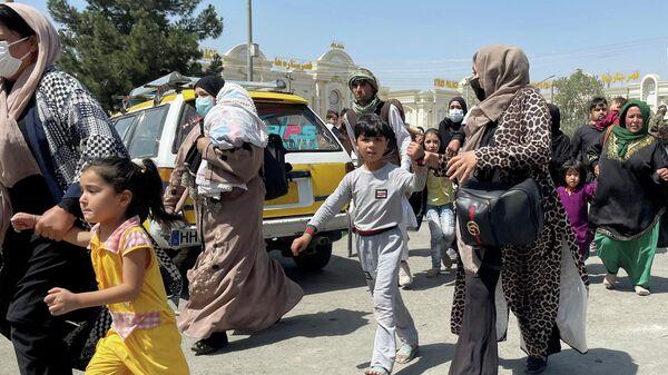 Люди возле аэропорта в Кабуле, Афганистан