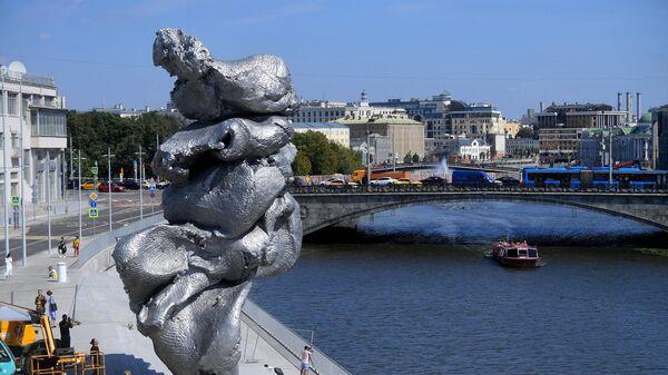 Скульптура Большая глина №4 в центре Москвы