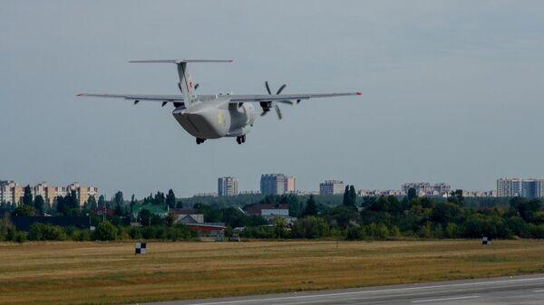 Самолет Ил-112В во время прибытия из Воронежа в Москву для участия в Армии-2021