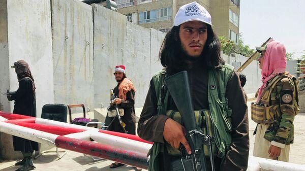 Боевики Талибана* на контрольно-пропускном пункте возле посольства США в Кабуле