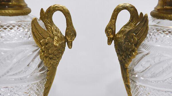 Фрагмент парных ваз с рукоятями в виде лебедей на выставке Произведения Императорского стеклянного завода XIX - начала XX века в Государственном историческом музее в Москве
