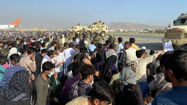Люди в аэропорту Кабула