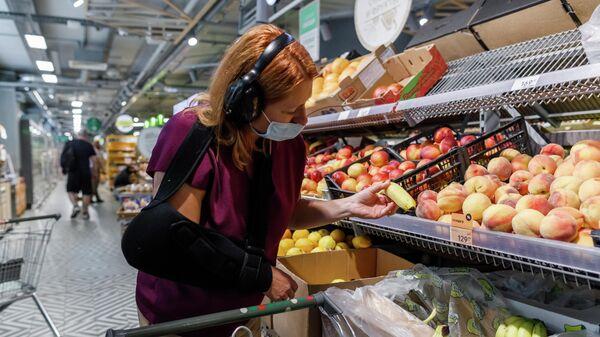 Девушка покупает продукты в костюме эмпатии GERT в торговой сети Пятёрочка