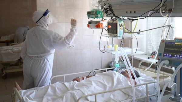 Медицинский работник и пациент в отделении реанимации и интенсивной терапии в клинической больнице скорой помощи №15 в Волгограде